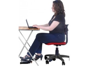 User's knees do not bump into the underside of the desk or into the keyboard shelf